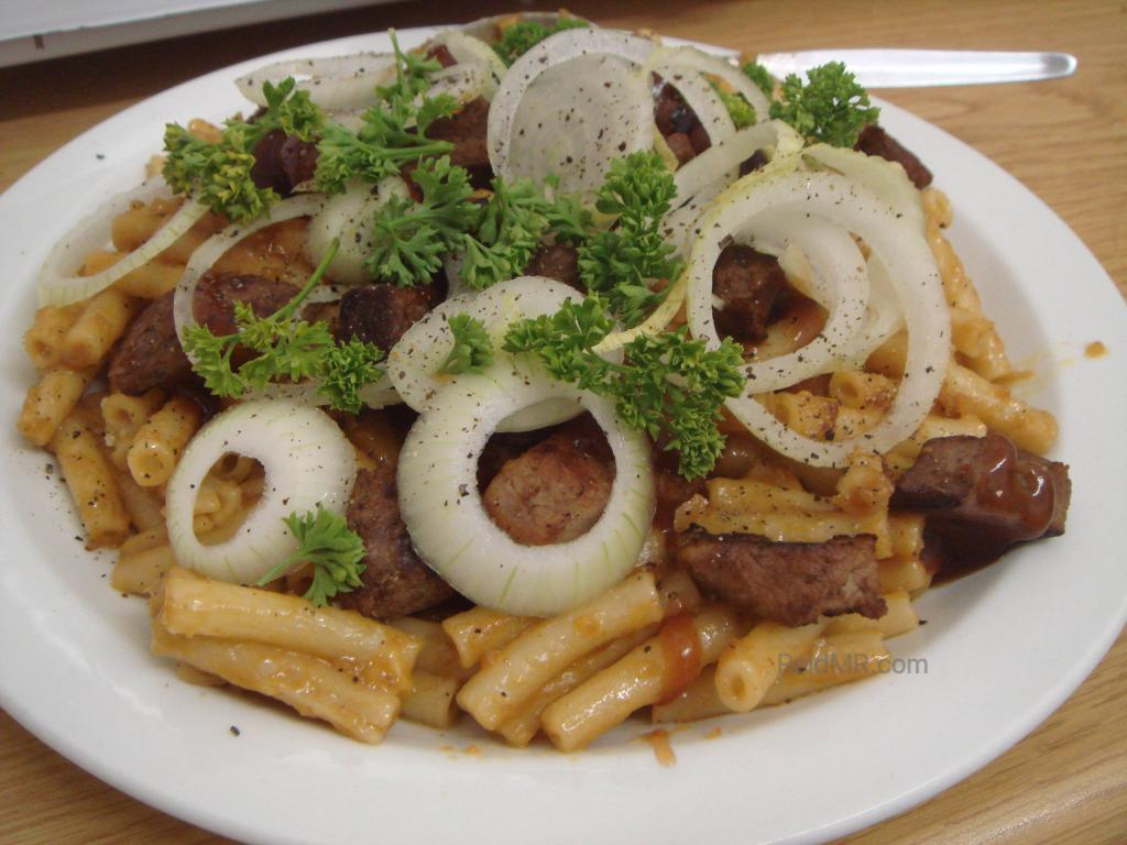 Food with pasta, meat, onions and parsley.