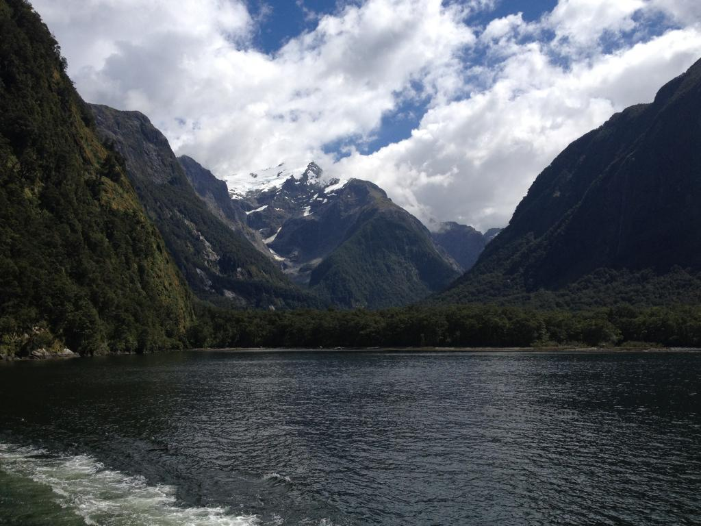 The water and mountains at Milford Sound (Fjord).